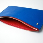 Pélican Bicoloured Pouche, in goat leather with a small gold button. 12 x 21 cm. from 180 €. www.lacontrie.com.