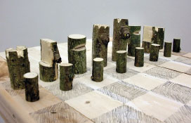 GALERIE LIBBY SELLERS : 'Log Chess Set' par Peter Marigold, 2012. Photographie de Peter Marigold.