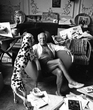 Picasso and his dog Pero, Cannes 1961 by Edward Quinn. c'est maintenant septembre 2016 PLUMEVOYAGE @plumevoyagemagazine © Edward Quinn