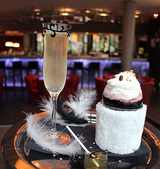 "Fashion cocktails ""Molly Bracken"" at the Hotel Renaissance Paris Arc de Triomphe © DR @ Plume Voyage Magazine"