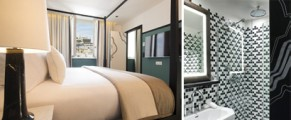 Photo 1: Suite Christophe Bielsa, Photo 2: Salle de Bain, Paul Bowyer, design par Gilles & Boissier. Courtesy Le Chess Hotel